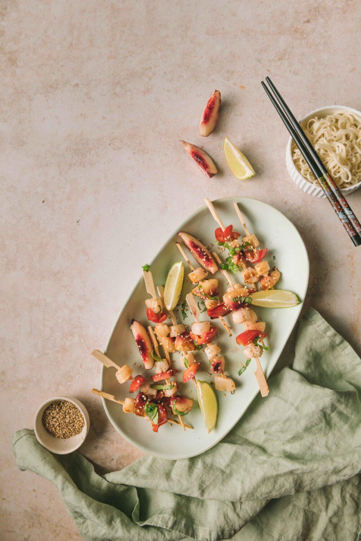 Des brochettes de Saint-Jacques à l'asiatique avec poivron et pêche.