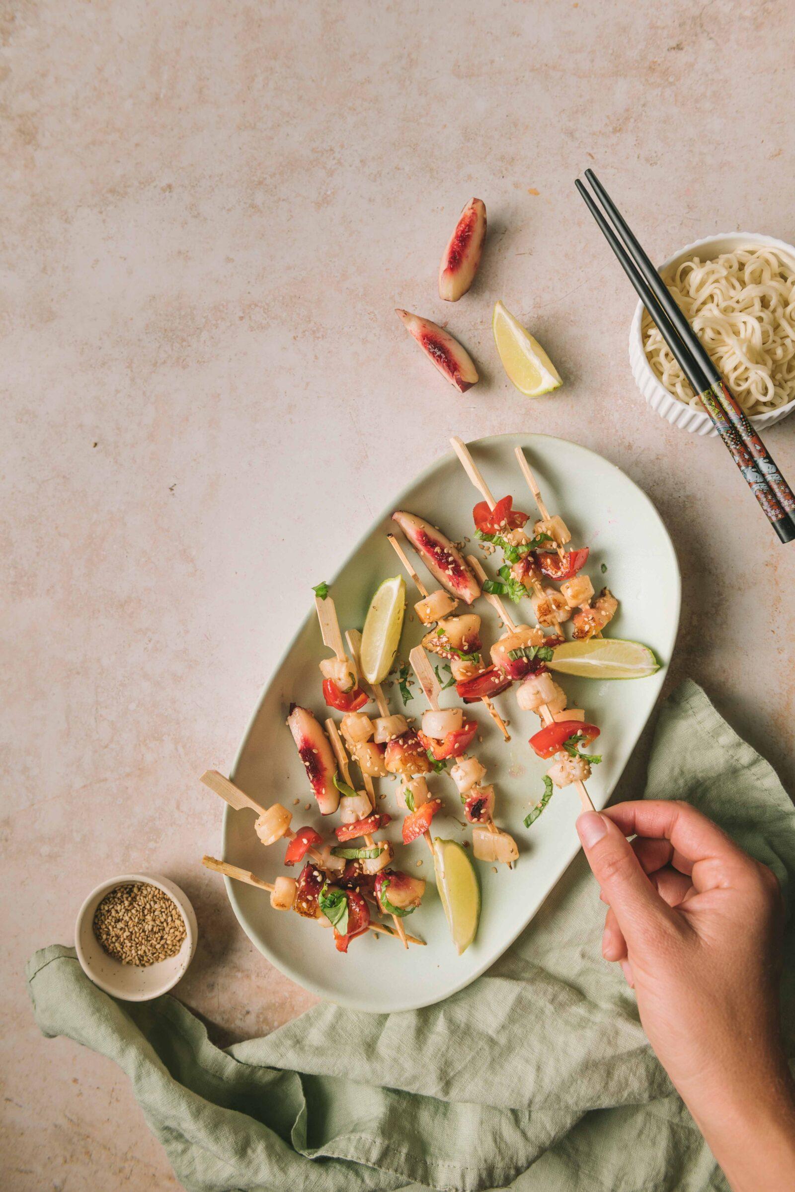 Une recette sucré/salé d'inspiration asiatique à base de Saint-Jacques, poivron et pêches. Faciles à réaliser, ces brochettes épatent et surprennent.