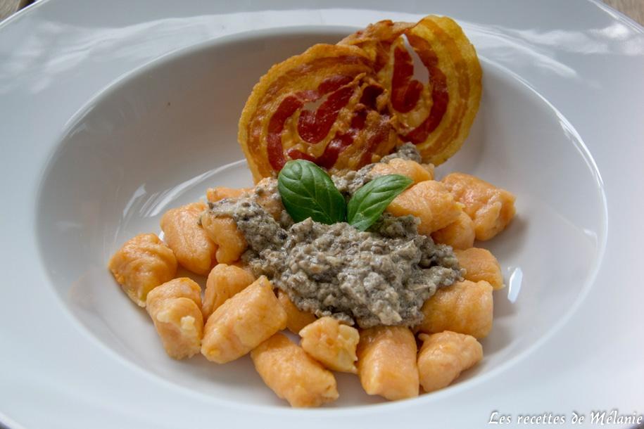 Gnocchis de patate douce avec une crème de champignons et des chips de pancetta