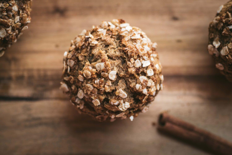 Une recette avec des ingrédients sains pour des muffins moelleux avec un dessus croquant.