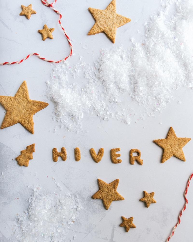 Des sablés de Noël aux épices accompagnés d'un chocolat chaud maison fort en saveur. De quoi vous régaler et vous réchauffer cet hiver, ou cet automne.