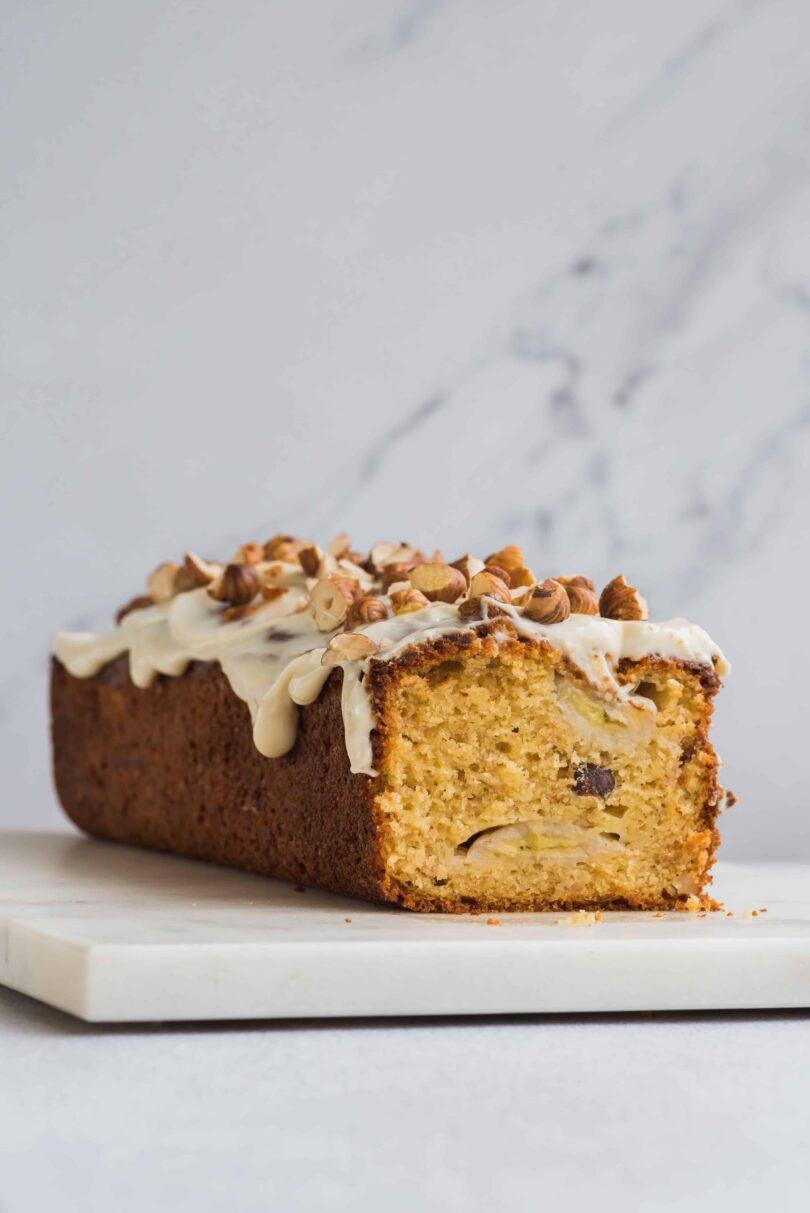 Le banana bread est un petit-déjeuner parfait, il est moelleux, doux et croquant dans cette version à la noisette. Il plaira aux petits et grands!