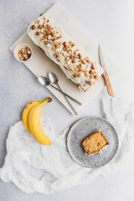 Un banana bread à la noisette avec un glaçage au fromage frais pour un peu de gourmandise au petit-déjeuner ou en dessert.