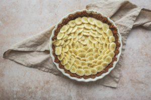 Cette banoffee pie maison régalera toute la famille et vos invités. Réalisée à partir d'une pâte à base de speculoos, de confiture de lait maison, de bananes et d'une chantilly maison, elle est aussi gourmande que délicieuse.
