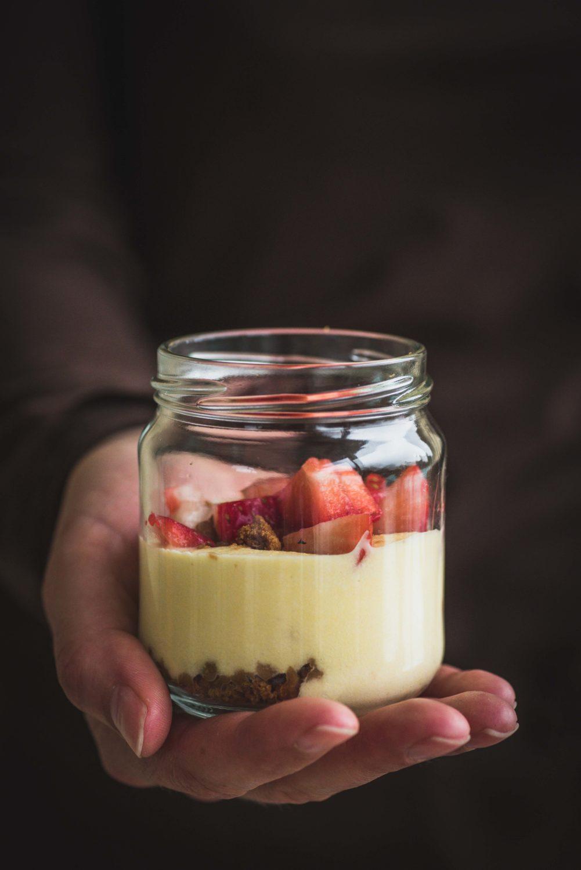 Ces verrines à la bavaroise aux fraises et spéculoos sont parfaites pour le printemps ou l'été. Elles sont fraîches, légères et fruitées.