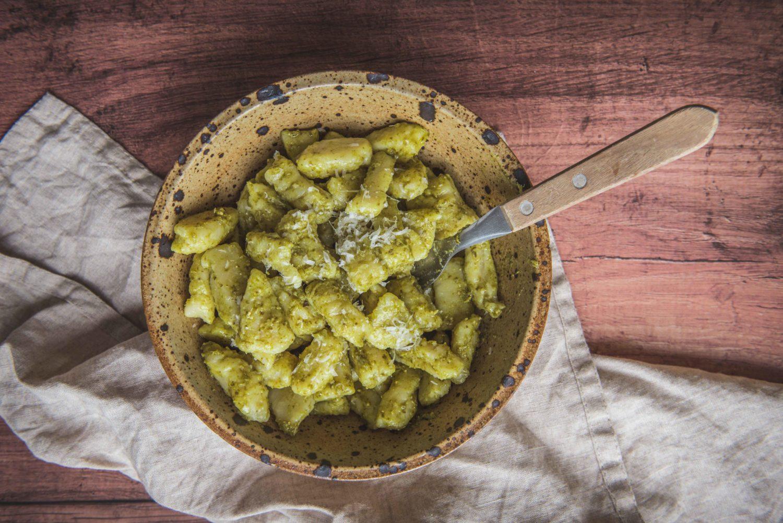 La recette traditionnelle des gnocchis maison. C'est simple et c'est très bon.