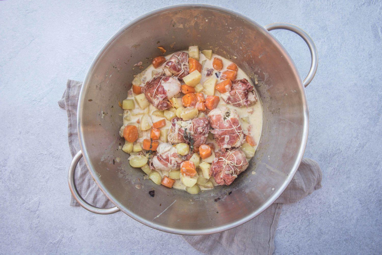 Une recette de paupiettes de dinde au boursin pour Pâques servie avec des carottes et des pommes de terre dans une sauce onctueuse. Cela change de l'agneau!