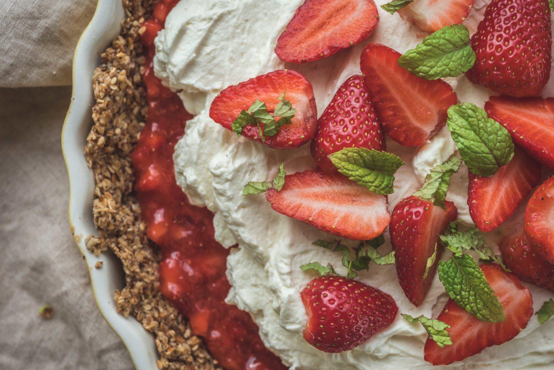 De belles fraises fraîches, une chantilly au mascarpone et quelques feuilles de menthe pour une association délicieuse.