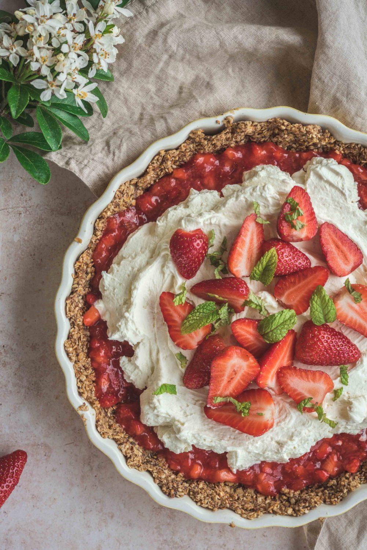 Une recette de tarte sans cuisson et sans gluten. Idéal quand on a pas de four. Et il se trouve que celle-ci a rencontré plus de succès qu'une tarte aux fraises classique!