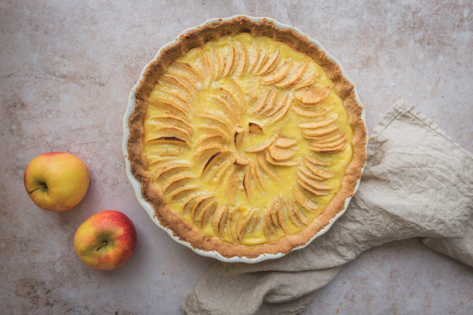 Une recette de tarte aux pommes maison simple. Elle est composée d'une pâte sucrée maison, d'une crème à la vanille et de pommes bien sûr. Un classique à vous réapproprier.