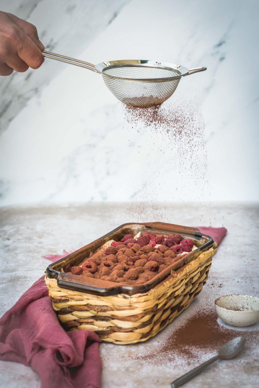 Un tiramisu d'été mais qui peut aussi se faire l'hiver avec des framboises surgelées. C'est un dessert qui passe toujours tout seul même après un repas copieux.