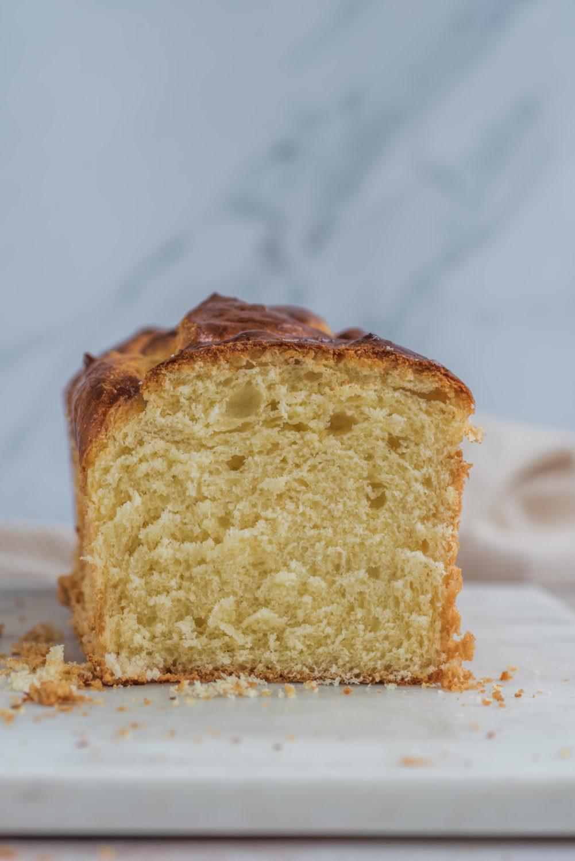 Une recette de brioche moelleuse maison pour le petit-déjeuner ou le goûter. Garantie meilleure que chez le boulanger!