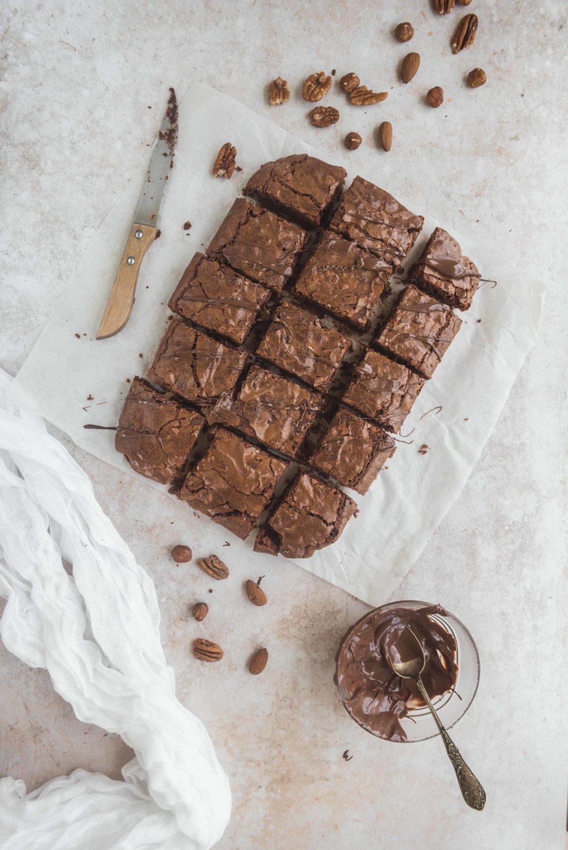 Un délicieux brownies aux noix de pécan, amandes et noisettes pour plein de fondant, de croquant et de chocolat. A tomber par terre!
