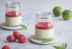 Un dessert délicieux qui passe tout seul: une panna cotta aromatisée à la verveine citronnelle et au citron vert servie avec un coulis de fraises.