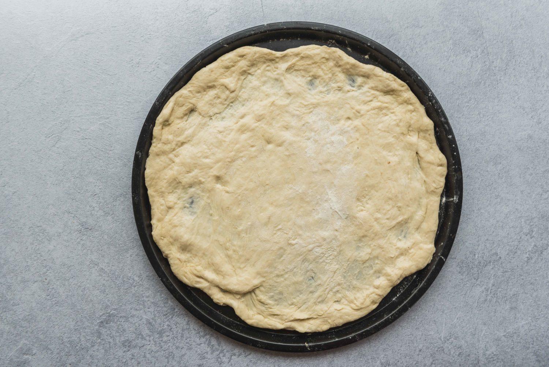 Une recette de pâte à pizza maison qui permet d'obtenir une pâte fine à la fois croustillante et moelleuse, un vrai régal!