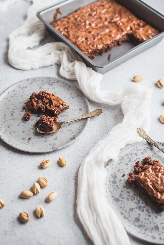Une recette de brownies aux noix de pécan caramélisées et pistache pour du fondant, du chocolat et du croquant. Il n'a pas fait long feu à la maison, crois-moi!