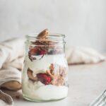 Voici une recette très simple pour utiliser des macarons ratés: un eton mess à base de yaourt grec, mascarpone, fruits et de coques de macarons ratés bien sûr.