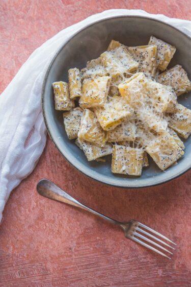 Une recette simple de pâtes au citron et pavot pour du crémeux, un peu d'acidité et du croquant.