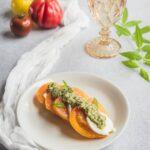 Une entrée simple et fraîche: des tomates à la mozzarella di Bufala avec leur pesto de verveine citronnelle.