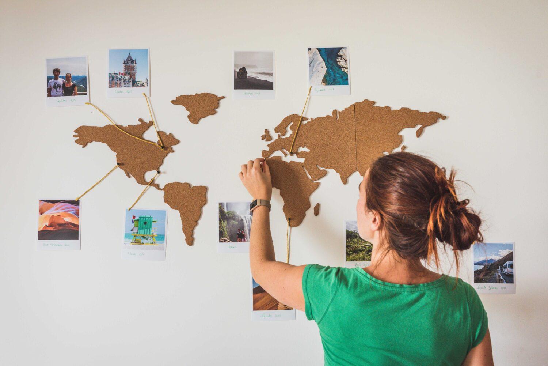 Une super idée pour utiliser ses photos de voyage et décorer son chez soi: une carte du monde en liège pour accrocher ses souvenirs de voyage.