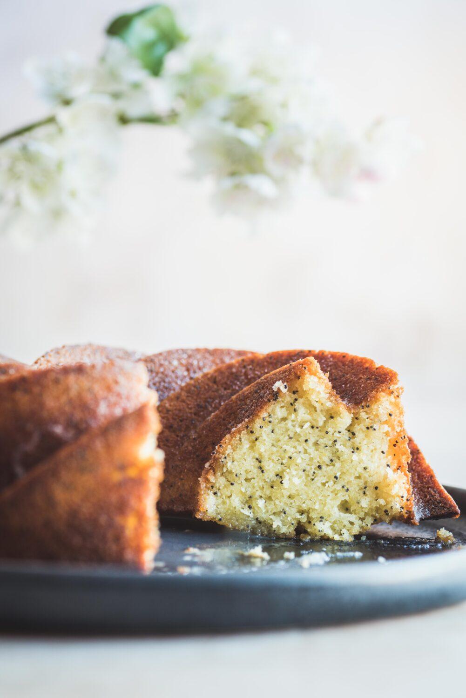 Un bundt cake au citron et au pavot, moelleux et croquant à la fois.