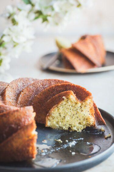 Un cake au citron et pavot moelleux à l'intérieur et croquant à l'extérieur réalisé dans un moule bundt cake.