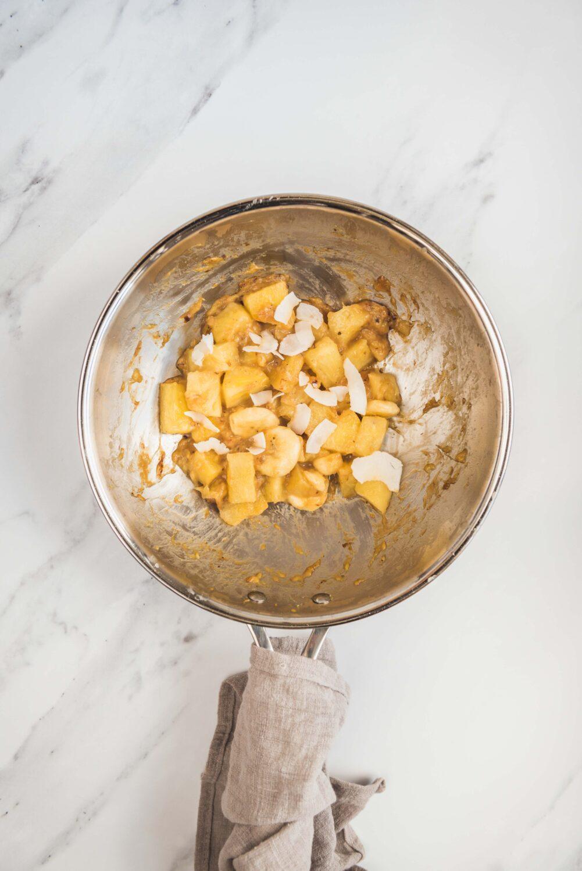Une poêlée aux fruits exotiques au wok: ananas, banane, citron vert et noix de coco pour un départ illico dans les îles.