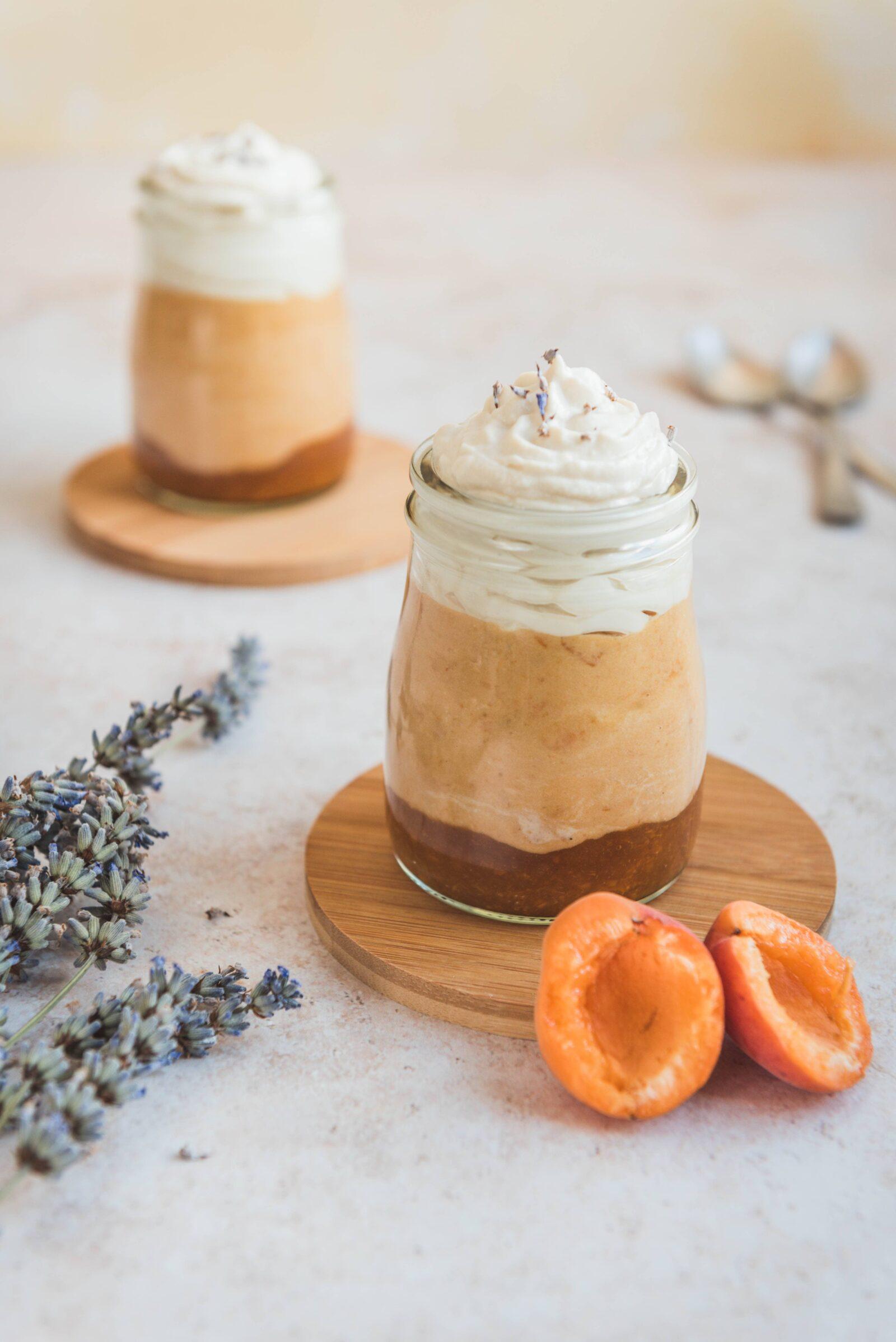 Des verrines à base d'abricots et de lavande servies avec une chantilly au mascarpone. Un dessert simple et épatant.