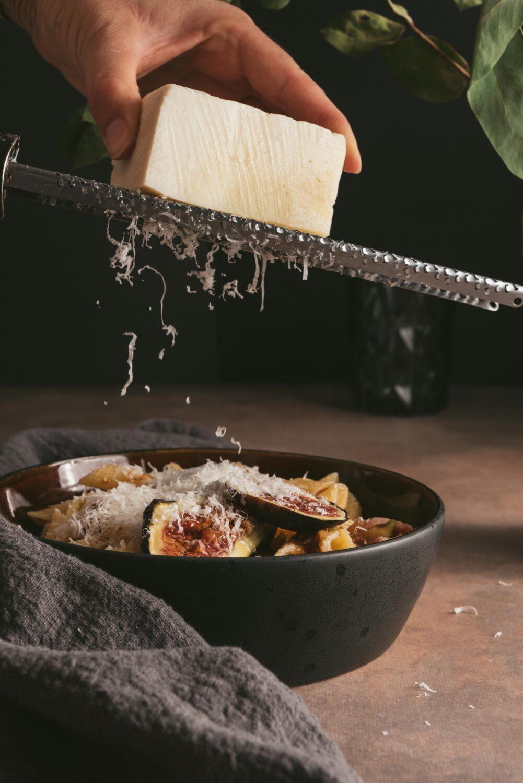 Un peu de pecorino râpé sur ces pâtes aux figues et pancetta