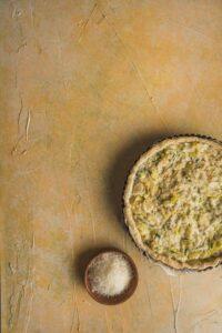 Cette quiche aux poireaux est très simple à réaliser mais néanmoins savoureuse. A accompagner d'une salade pour un plat complet.