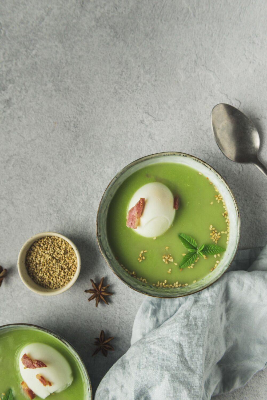Ce velouté de petits pois aux épices est servi avec un œuf mollet. C'est une recette très légère mais tellement savoureuse. A servir en entrée ou en verrine pour l'apéritif.