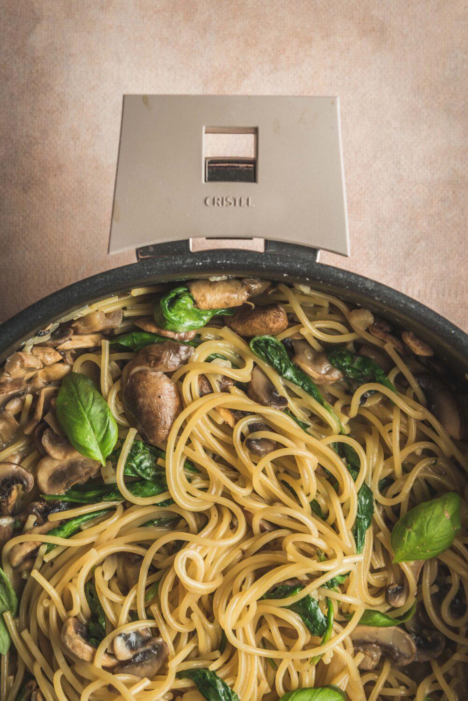 One pot pasta aux champignons est réalisé avec une sauteuse de la marque Cristel