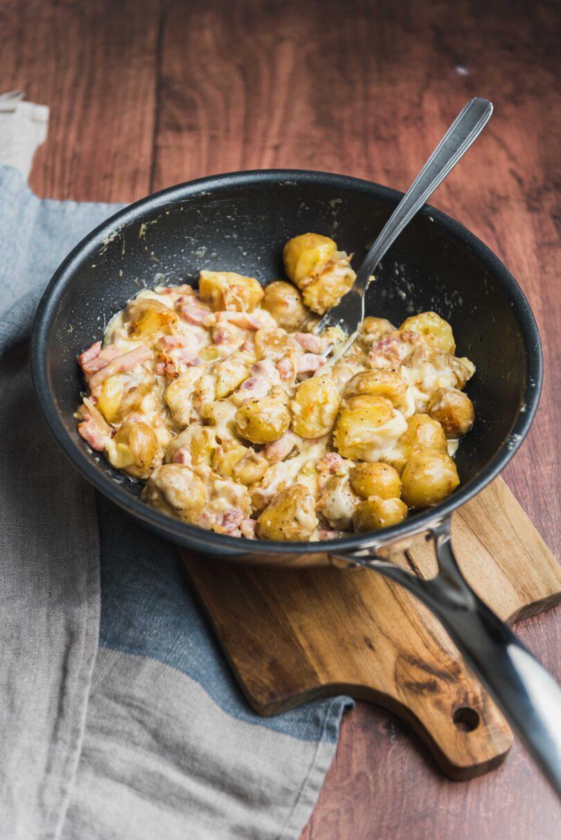 Voici une recette de poêlée de pommes de terre façon tartiflette qui ne nécessite pas de four. Je vous préviens c'est gourmand à souhait!