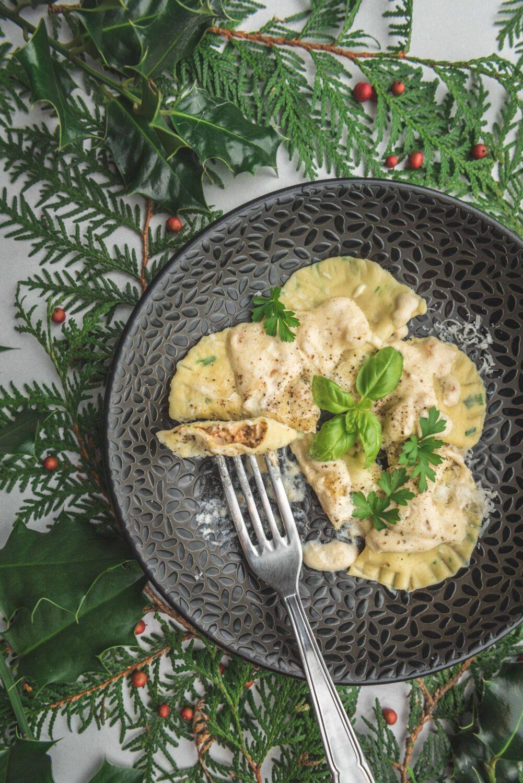 Pour une entrée de fêtes végétarienne, je vous propose des raviolis maison aux girolles et aux herbes servis avec une crème au parmesan.
