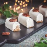 Pour Noël, j'ai opté pour la traditionnelle bûche, oui mais une bûche facile à réaliser. Il s'agit de mini-bûches noix de pécan et tonka.