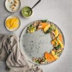 Cette salade de sarrasin, courge et orange est à la fois colorée, savoureuse et originale. Une recette végétarienne à tester.