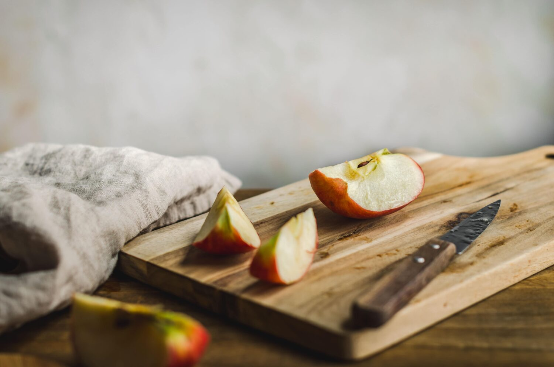 Des pommes en train d'être coupées pour une recette des crêpes