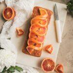 Ce cake à l'orange sanguine a un extérieur croquant et un intérieur moelleux. Tout ce que l'on peut espérer d'un cake. Son petit goût d'orange sanguine et sa décoration séduiront à coup sûr vos invités.