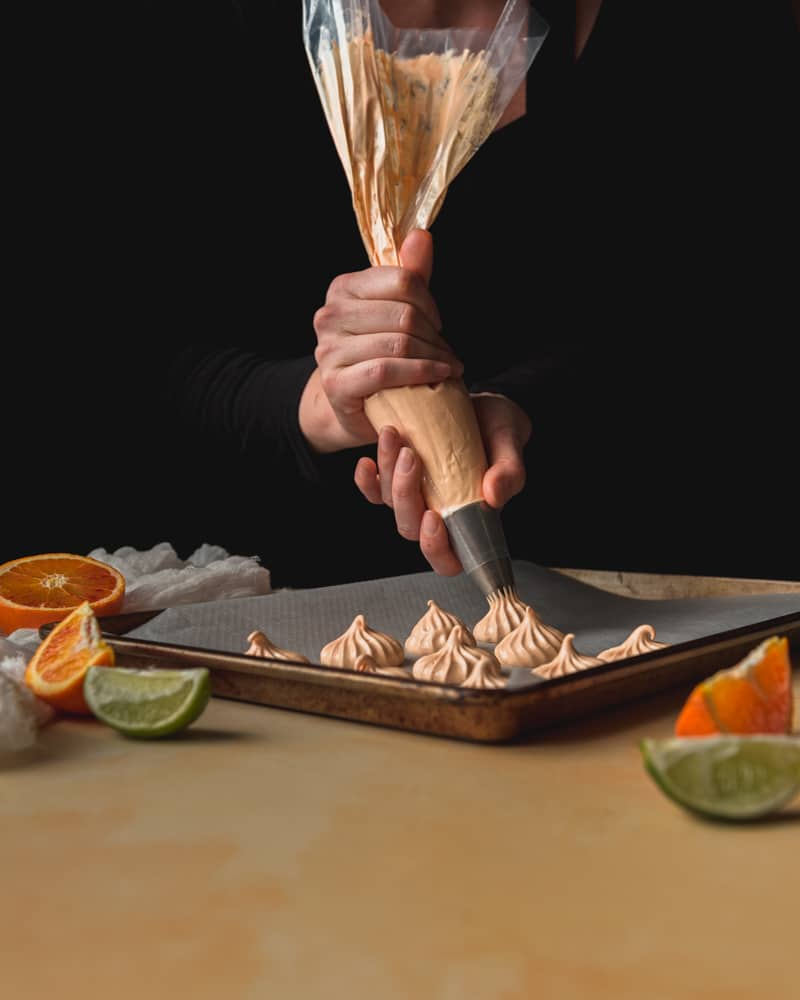 Une recette de meringues à l'orange et au citron vert à la fois croquantes et moelleuses