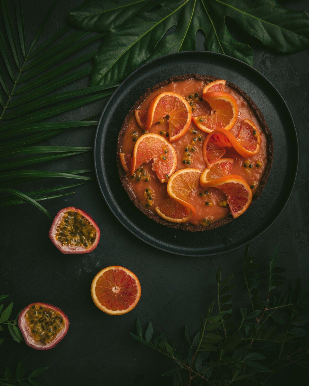 Cette tarte à l'orange sanguine et  fruits de la passion rappelle la tarte au citron mais en version beaucoup plus exotique.