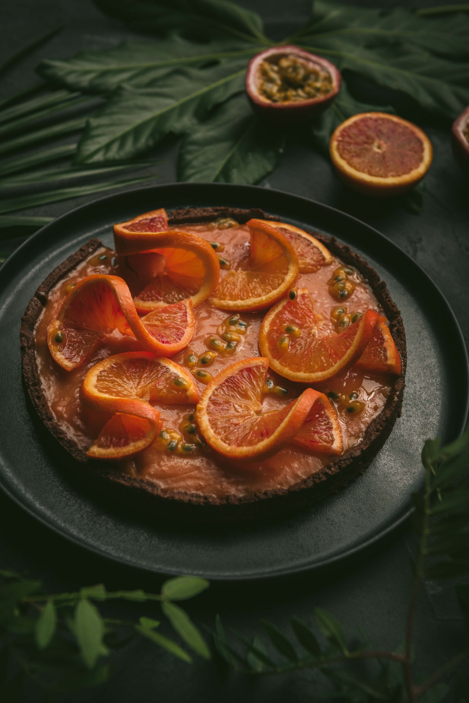 Cette tarte à l'orange sanguine et aux fruits de la passion rappelle la tarte au citron mais en version beaucoup plus exotique.