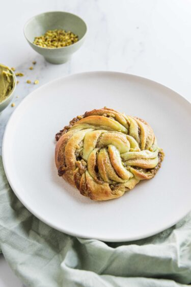 Une recette de babka à la pistache et à la fleur d'oranger, gourmande à souhait pour le goûter ou le petit-déjeuner
