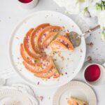 La recette d'un bundt cake à la rose et à la pistache à servir en dessert ou lors du goûter avec un thé fleuri.