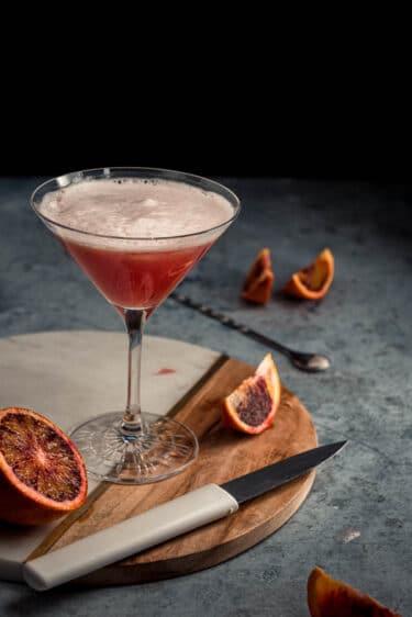 Ce cocktail au gin et à l'orange sanguine est à la fois beau visuellement, léger et savoureux. Idéal pour une soirée entre amis ou en amoureux.