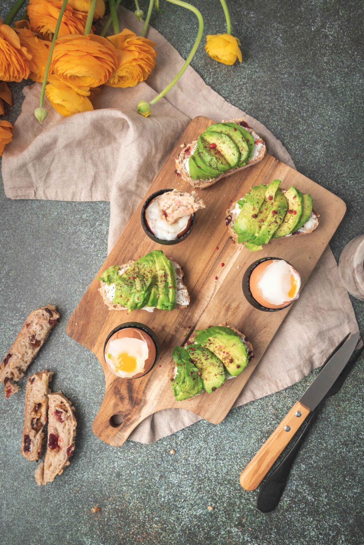 La recette de l'œuf parfait à la maison. Je l'ai servi en version œuf à la coque avec du pain aux graines et de l'avocat.