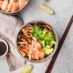 Ce poke bowl au saumon et carottes est un plat complet, frais et personnalisable à souhait.
