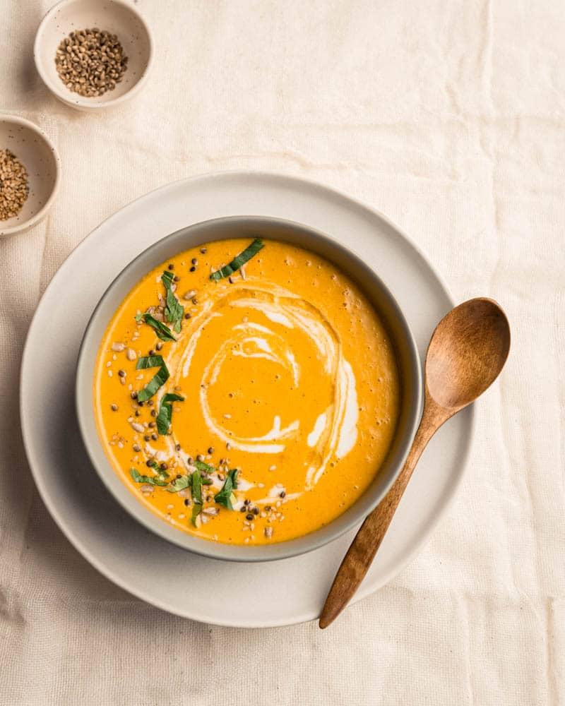 Un gazpacho de carottes à l'orange et curry pour bien commencer l'été.