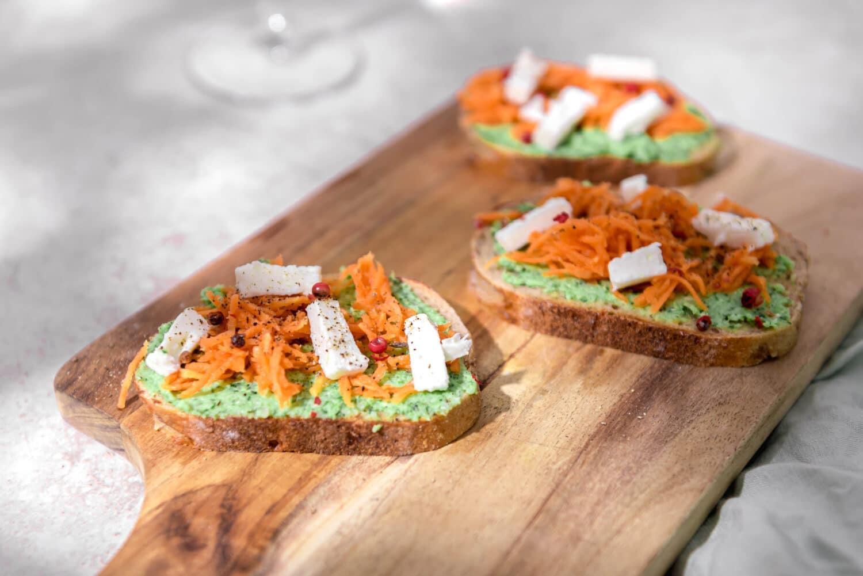 Voici une recette de bruschetta au pesto de brocoli et pickles de carottes. Des tartines originales pour l'apéritif.