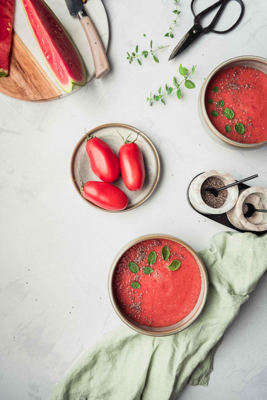 Un gaspacho pastèque et tomates pour se rafraichir cet été. Une recette sucrée/salée, simple à réaliser.