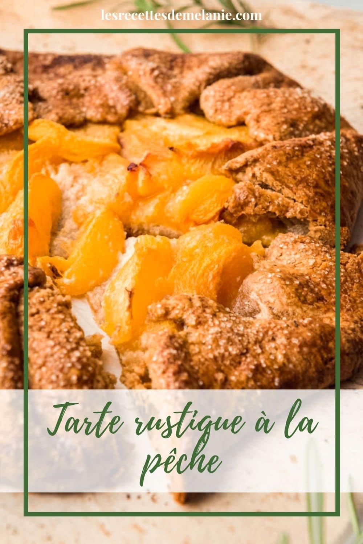 Une tarte rustique à la pêche et au romarin pour un dessert maison facile à faire.